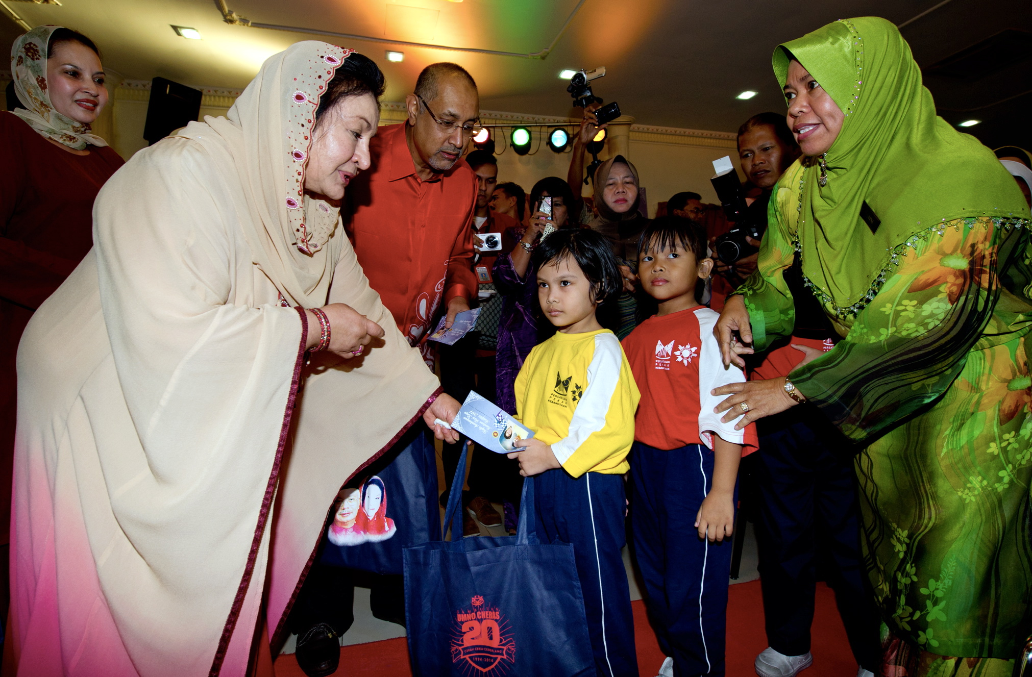 Datin Seri Rosmah Mansor (second from the left), wife of the prime minister, presents cash aid to the less fortunate during a charity event organised by the Cheras Education Foundation in Kuala Lumpur, July 10, 2014. — Bernama pic