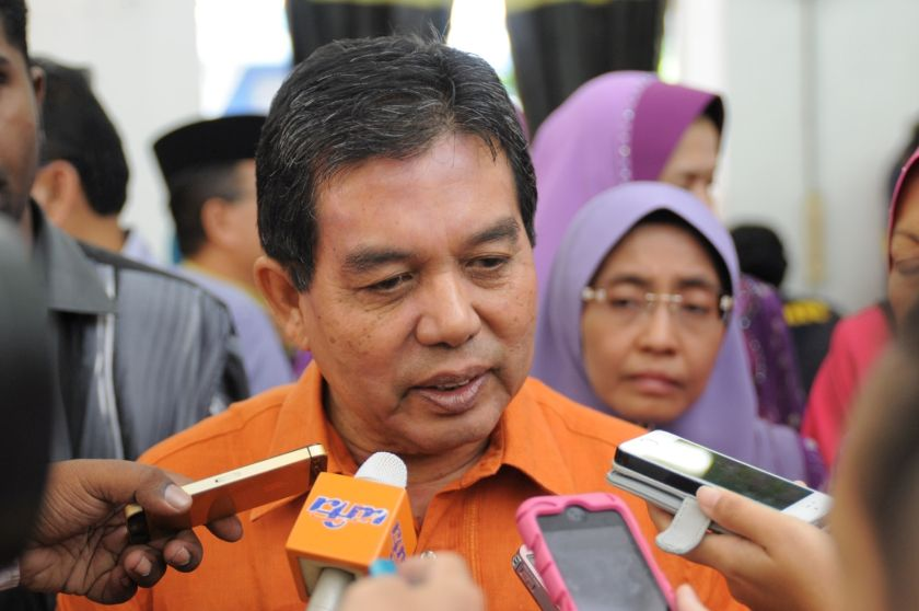 Datuk Seri Dr Hilmi Yahaya says the Health Ministry has banned vaping in designated public areas. ― File pic