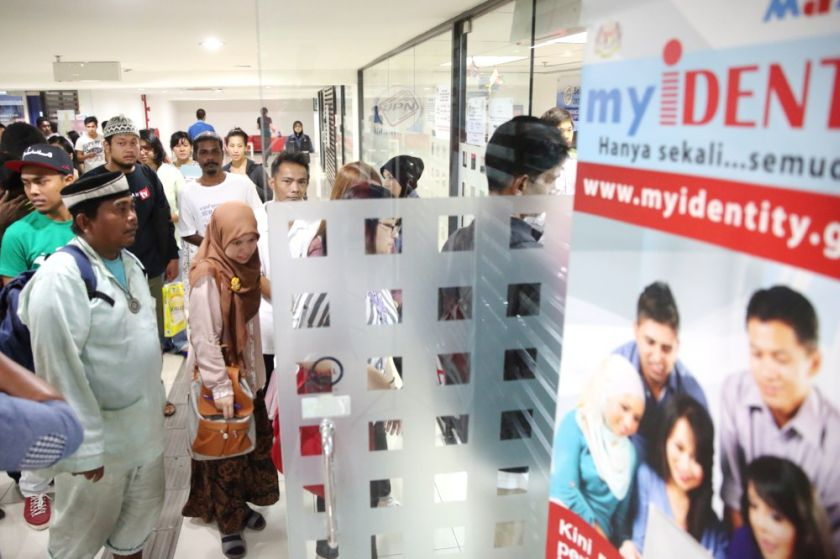 The High Court on June 19, 2015 dismissed Vasudevan Ramoo's application to be recognised as a female by the National Registration Department. File picture shows people queueing up at the NRD to submit their MyKad application forms. — Picture by Choo Choy May