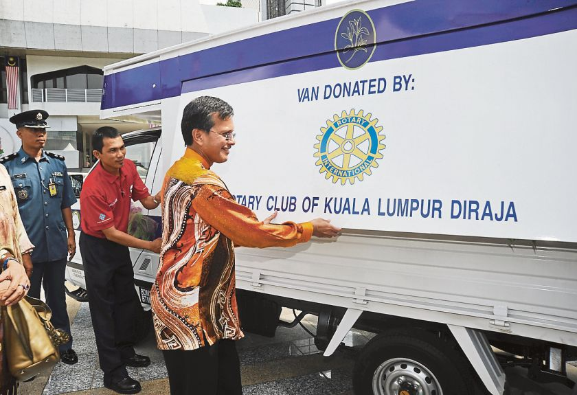 Raja Nong Chik launches the Pertiwi Soup Kitchen van at City Hall's headquarters in Jalan Raja Laut in 2010. — file picture