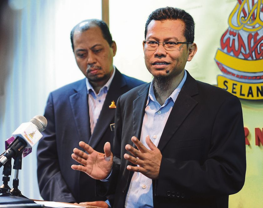 PAS state executive councillor Dr Ahmad Yunus Hairi (right) said that he was unaware if his DAP and PKR colleagues would resign as challenged to do so by Selangor Mentri Besar Tan Sri Khalid Ibrahim. — Picture by Ahmad Zamzahuri