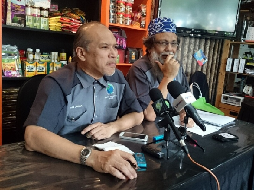 Malaysian Muslim Consumers' Association president Datuk Nadzim Johan (left) and activist Sheikh Abd Kareem at a press conference in Kuala lumpur, August 29, 2014. Nadzim wants the authorities to compel food outlets to display their halal or non-halal signs more prominently to protect Arab tourists ignorant of Malaysia's cultural diversity. — Picture by Zurairi AR