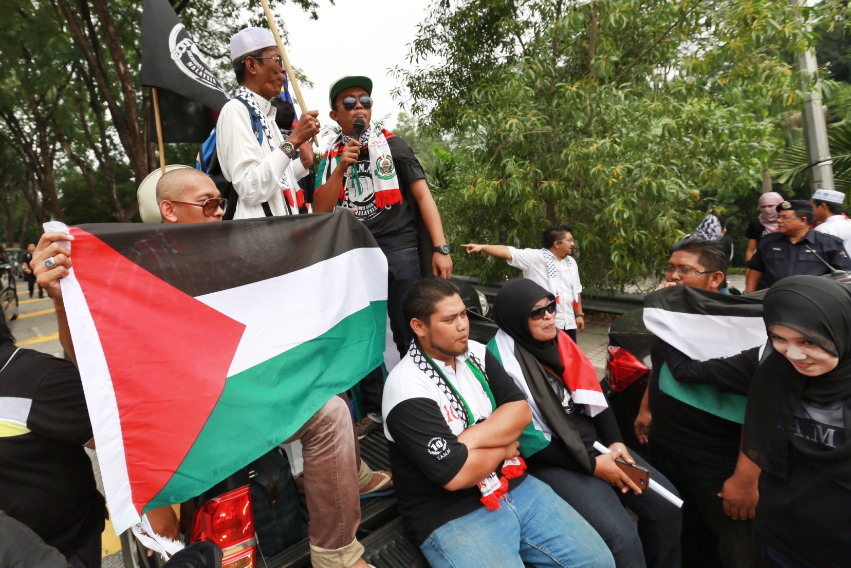 Protesters hold a flag of Palestine at a rally against trade with Israel outside the Ministry of International Trade and Industry (MITI) in Kuala Lumpur, on August 29, 2014. France said it will not 'automatically' recognise Palestine as a state if peace talks with Israel fails. — Picture by Saw Siow Feng