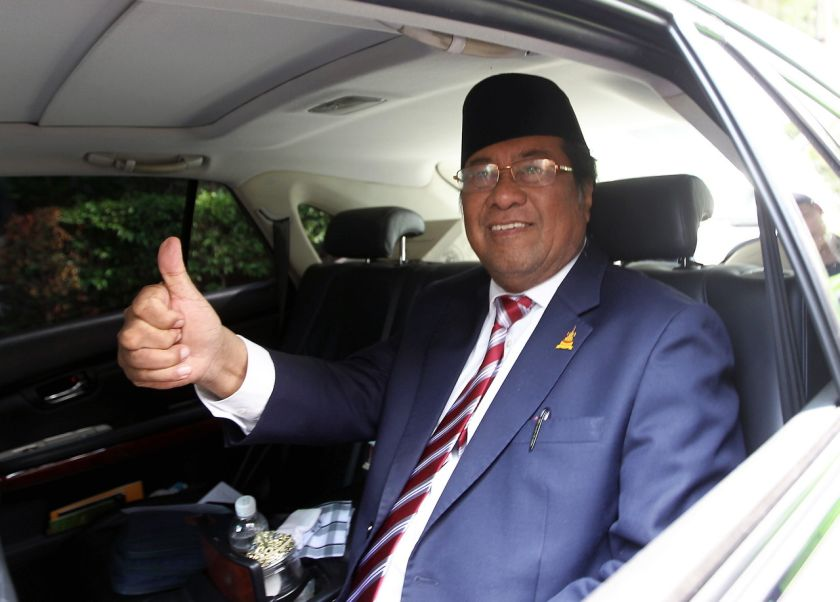 Selangor Mentri Besar Tan Sri Khalid Ibrahim gives the thumbs up sign to reporters after meeting the Sultan of Selangor at Istana Alam Shah, August 11, 2014. — Bernama pic