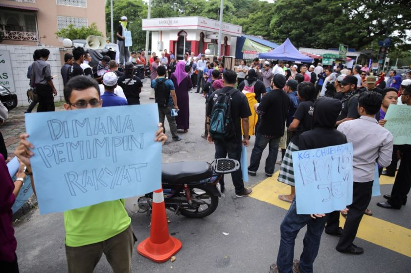File picture shows a group protesting the demolition of Kg Chubadak Tambahan holding up signs at the entrance to Arus Embun Sdn Bhd in Sentul, October 31, 2014. — Picture by Choo Choy May