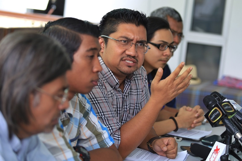 Former PKR supreme council member Badrul Hisham Shaharin (third from left) holds a press conference at Amjal Restaurant, Kuala Lumpur, on November 19, 2014. — Picture by Saw Siow Feng