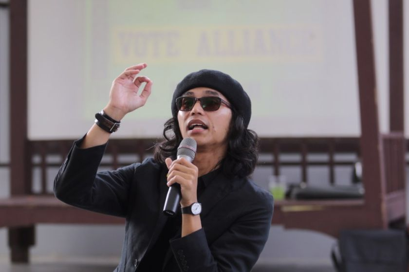 Activist Fahmi Reza says the police have officially begun investigations on a recent sketch he drew of the prime minister in clown makeup. ― Picture by Choo Choy May