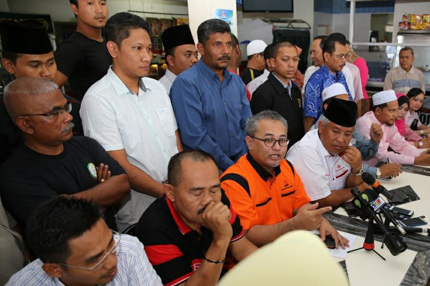 File pic of a coalition of Muslim NGOs, including Isma, named the Klang Muslims Solidarity Secretariat at a gathering at Meru, Klang. Isma said today that non-Muslims must not comment on how hudud is executed. — Picture by Saw Siow Feng