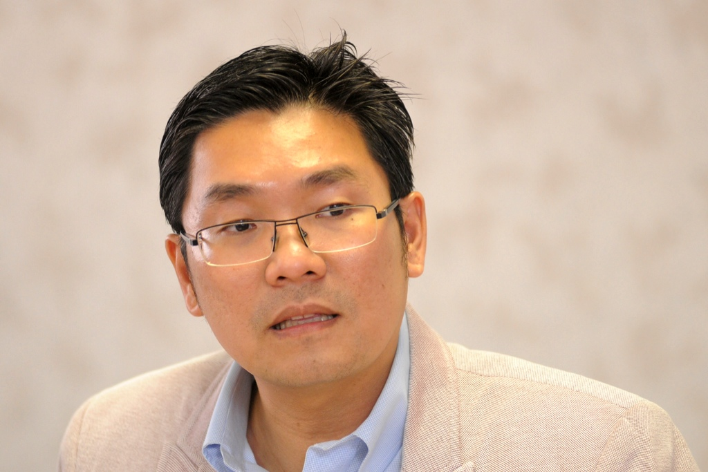 PKR strategic director Sim Tze Tzin (pic) has urged MCMC new chairman Datuk Seri Dr Halim Shafie today to end government-linked Telekom Malaysia's domination of the high-speed broadband industry to improve Malaysia's lagging internet speed. ― File pic