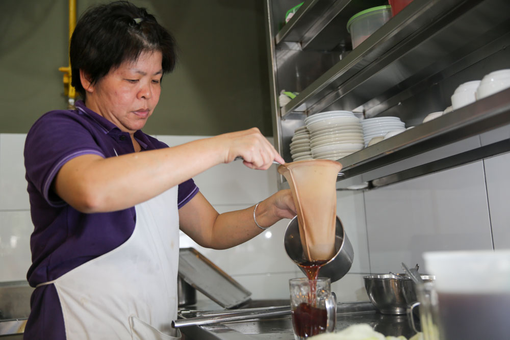Chong Keok Ying makes the drinks for customers.