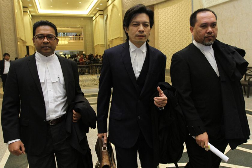 Sirul Azhar's lead counsel Kamarul Hisham Kamaruddin (centre) leaves the Court of Appeal in Putrajaya, January 13, 2015. ― Picture by Yusof Mat Isa