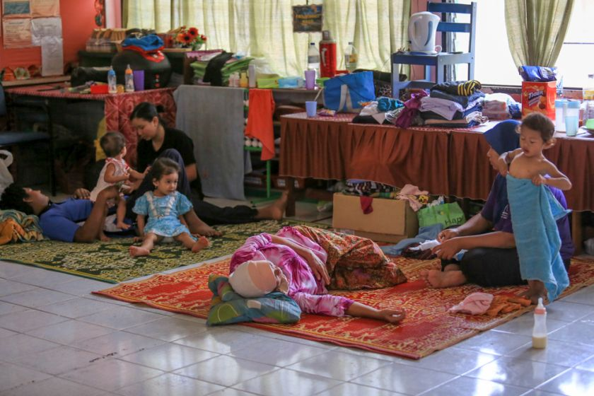 Residents affected by floods at the evacuation centre at Sekolah Kebangsaan Kampung Tengah in Temerloh, Pahang, January 2, 2015. — Picture by Siow Feng Saw
