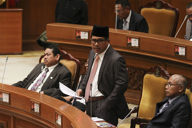 Datuk Md Alwi Che Ahmad speaks during the Kelantan State Assembly at Kompleks Darul Naim in Kota Baru March 18, 2015. — Picture by Yusof Mat Isa