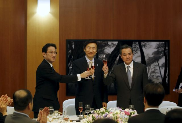 (Left-right) Japanese Foreign Minister Fumio Kishida, South Korean Foreign Minister Yun Byung-se and Chinese Foreign Minister Wang Yi make a toast during a banquet at the South Korean Foreign Minister's residence in Seoul March 21, 2015. —Reuters pic