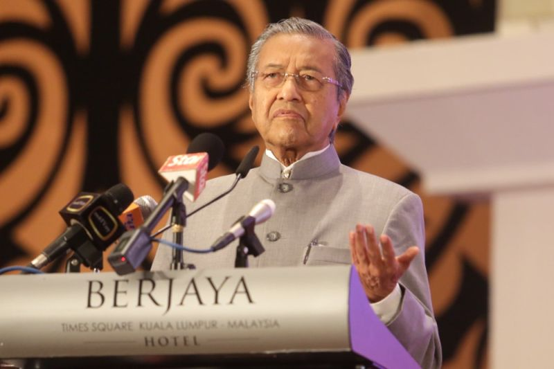 Tun Dr Mahathir Mohamad speaks at the Social Media Week in Kuala Lumpur, April 23, 2015. ― Picture by Choo Choy May