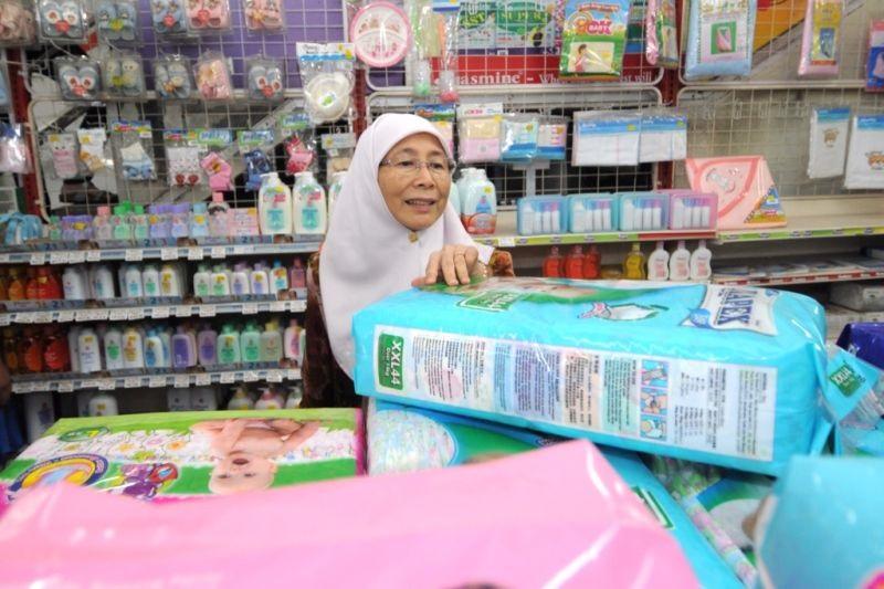 Datuk Seri Dr Wan Azizah Wan Ismail at the Jimat Mini Market in Kubang Semang in Permatang Pauh, Penang, April 28, 2015. — Picture by K.E. Ooi