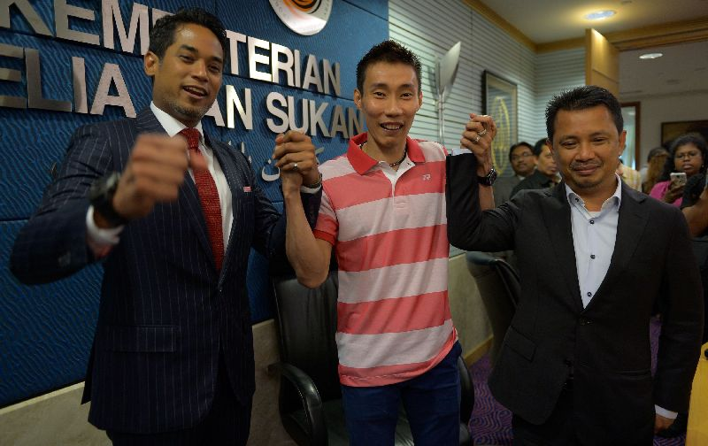 Lee Chong Wei, with Minister for Youth and Sports Khairy Jamaluddin (L) and BAM deputy president Norza Zakaria in Putrajaya April 27, 2015, after BWF gave Chong Wei backdated eight-month ban for doping, allowing him to resume playing on May 1. AFP