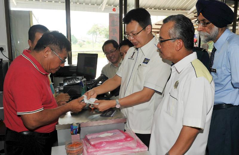 File picture shows Deputy Finance Minister Datuk Chua Tee Yong (third right) with Johor State Customs Director Datuk Ramli Johari (right) looking at receipts of goods sold in Johor Baru, April 10, 2015. — Bernama pic