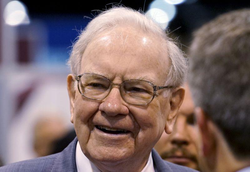 Warren Buffett talks to reporters prior to the Berkshire annual meeting in Omaha, Nebraska May 2, 2015. ― Reuters pic