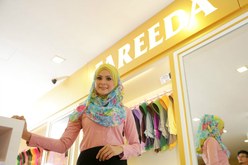 A woman models a Fareeda tudung in the Bangi store on April 30, 2015.