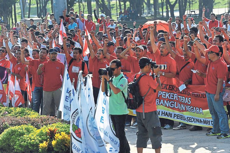 Workers voicing their grouses against GST and minimum wage at Dataran Kemerdekaan in Shah Alam. — Pictures by Azinuddin Ghazali