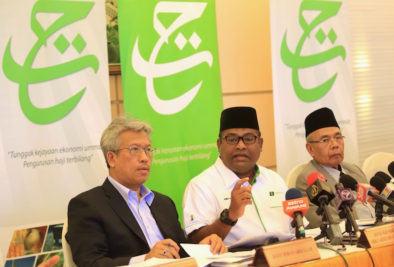 Datuk A Kadir Jasin challenged the PM today to sack Datuk Seri Abdul Azeez Abdul Karim (centre) as LTH chairman over the fund's controversial land deal with 1MDB. — Picture by Saw Siow Feng