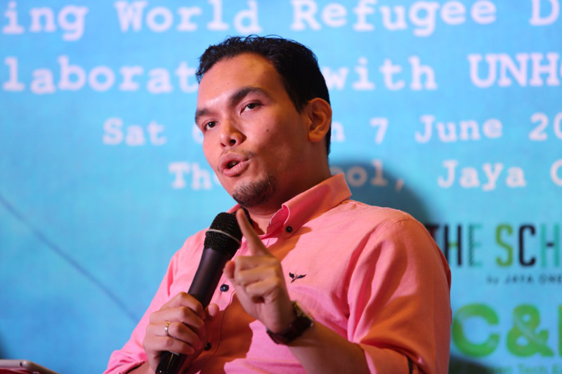 Syahredzan Johan addresses the audience during the Projek Dialog forum titled 'Melayu dan makna-maknanya' in Petaling Jaya, June 6, 2015. — Picture by Choo Choy May