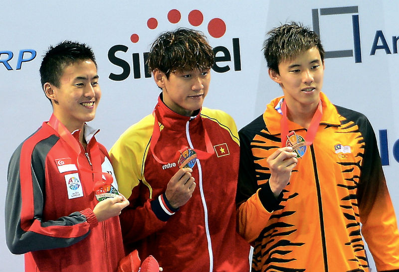 Malaysia's swimmer Welson Sim (right) posing with the bronze medal for the SEA Games men's 200 metres freestyle, at the Aquatics Centre, Singapore in this file picture taken on June 6, 2015. — Bernama pic