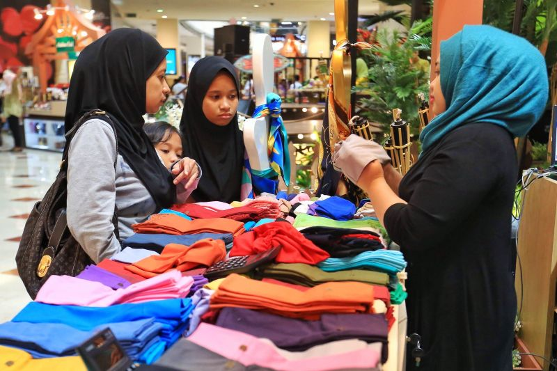 A few ladies shop for headscarves at the KLCC shopping mall, July 16, 2015. ― Picture by Saw Siow Feng