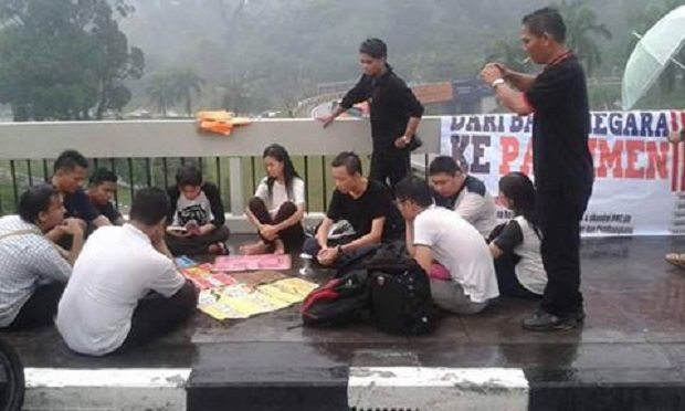 About 10 students were gathered at the gates of Parliament despite the rain and have pledged continue with the #OccupyParliament movement well-beyond this weekend's Bersih 4 rally. — Picture courtesy of Fahmi Zainol
