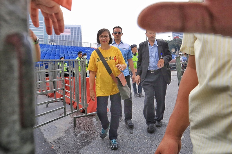 Bersih 2.0 chairman Maria Chin Abdullah (centre) at the Bersih 4 rally in Kuala Lumpur, August 30, 2015. —Picture by Saw Siow Feng