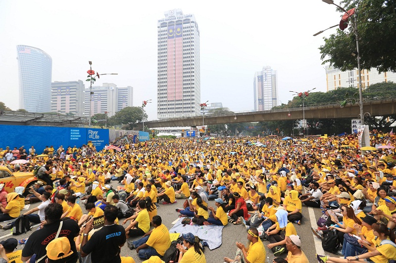 Bersih 4 participants sit on the streets despite the haze in Kuala Lumpur, August 30, 2015. — Picture by Saw Siow Feng