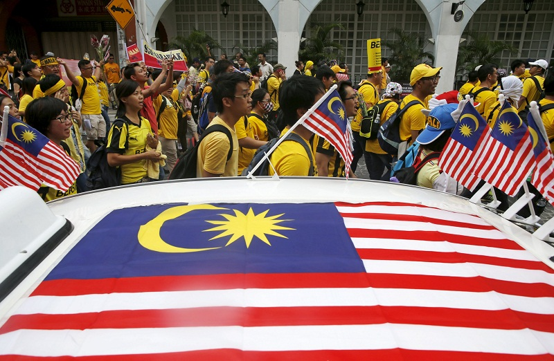 Bersih supporters pass a taxi decorated with Malaysian flags as they march towards Dataran Merdeka in Kuala Lumpur August 29, 2015. — Reuters pic