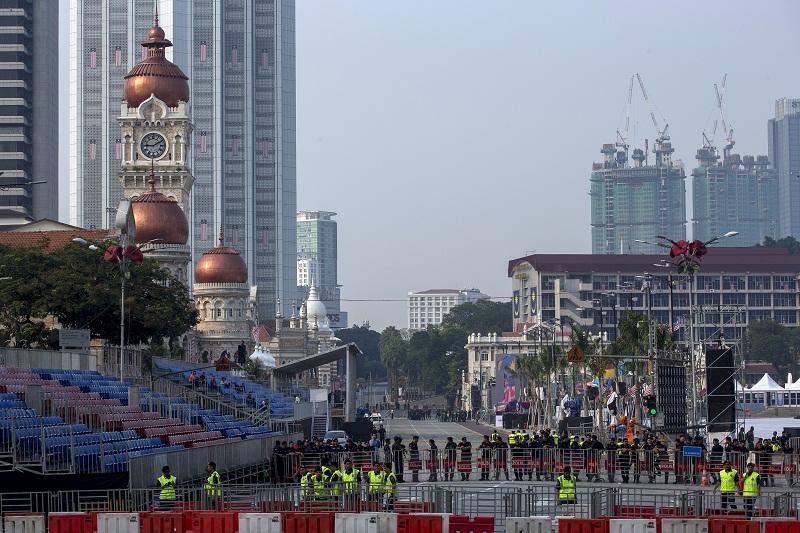 Police officers stand guard near Dataran Merdeka in Kuala Lumpur, August 30, 2015.  — Reuters pic