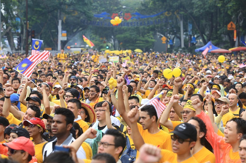 Participants of the Bersih 4 rally brave the rain as they shout slogans and march in Kuala Lumpur, August 30, 2015. — Picture by Saw Siow Feng