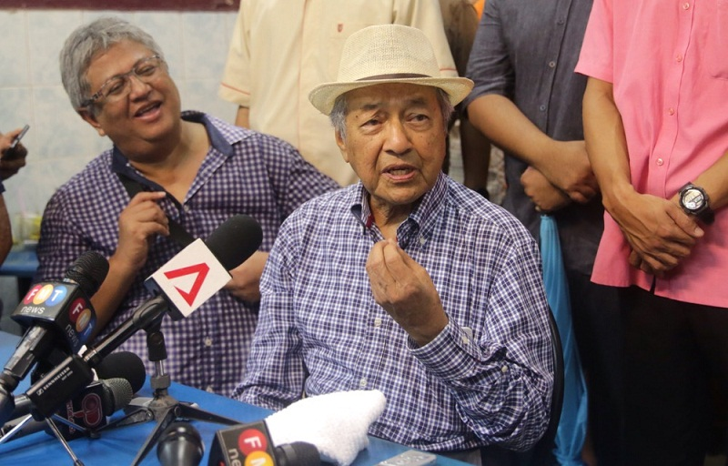 Former Prime Minister Tun Dr Mahathir Mohamad (right) speaks to the media during a rally organised by pro-democracy group Bersih in Kuala Lumpur, August 30, 2015. — Picture by Choo Choy May