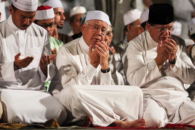 Prime Minister, Datuk Seri Najib Razak recites the 'doa' during the 'Pray for Malaysia' event held in conjunction with National Day 2015 at Dataran Merdeka, Kuala Lumpur, August 15, 2015. — Picture by Yusof Mat Isa