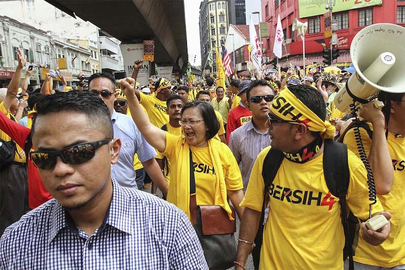 Bersih 2.0 chairman Maria Chin Abdullah (centre) marches towards Dataran Merdeka in Kuala Lumpur August 29, 2015. — Picture by Yusof Mat Isa