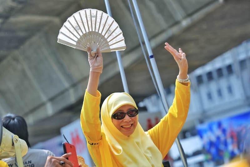 Datuk Seri Dr Wan Azizah Wan Ismail waves to rally-goers during Bersih 4 in Kuala Lumpur August 29, 2015. — Picture by Saw Siow Feng