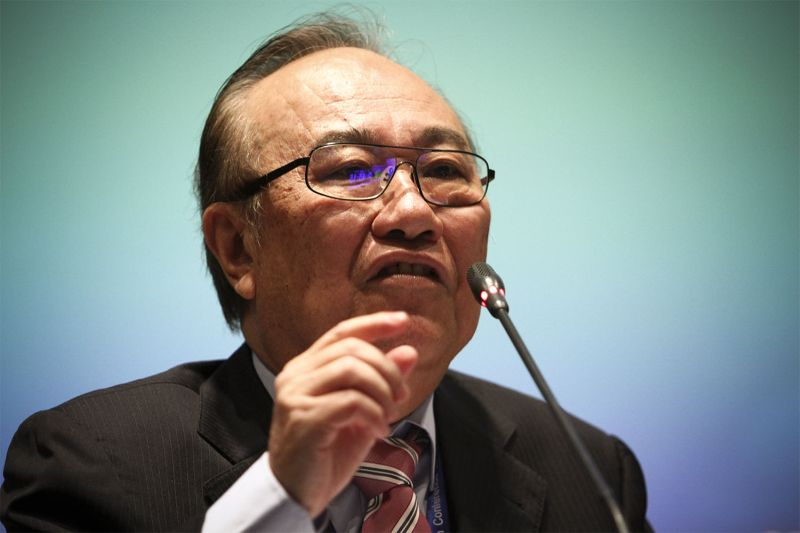 Ex-minister in the Prime Minister's Department Datuk Paul Low denied the accusations by Datuk Seri Mohd Shukri Abdull, saying that he was the one who helped secure the 'release' of the latter's investigating officers. — Picture by Yusof Mat Isa