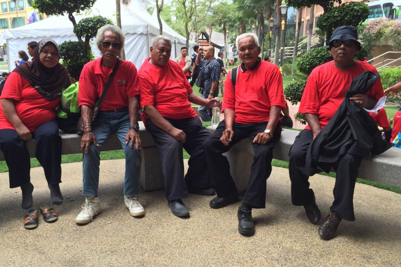 A group of senior citizens from outside Klang Valley dressed in red sitting outside Kompleks Kraf in Jalan Conlay, waiting to be told why they were brought into the city on September 16, 2015. ― Picture by Zurairi AR