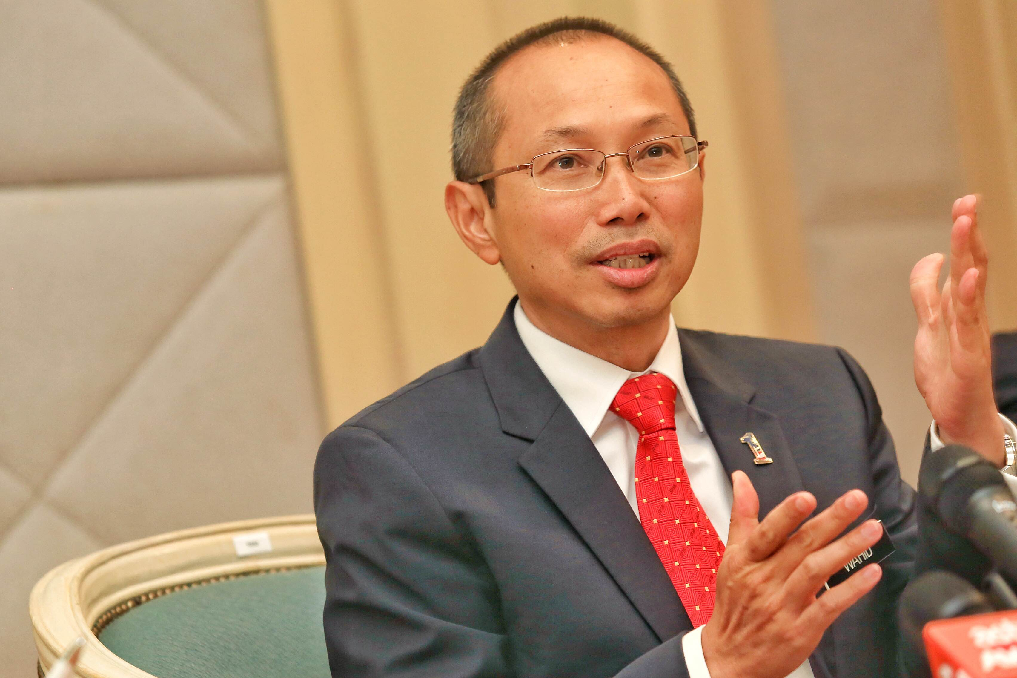 PNB Chairman Tan Sri Abdul Wahid Omar welcomed the appointments of Hong Leong Bank and Hong Leong Islamic Bank as this would enable ASNB to reach out to more customers through the banks' network. — Picture by Saw Siow Feng