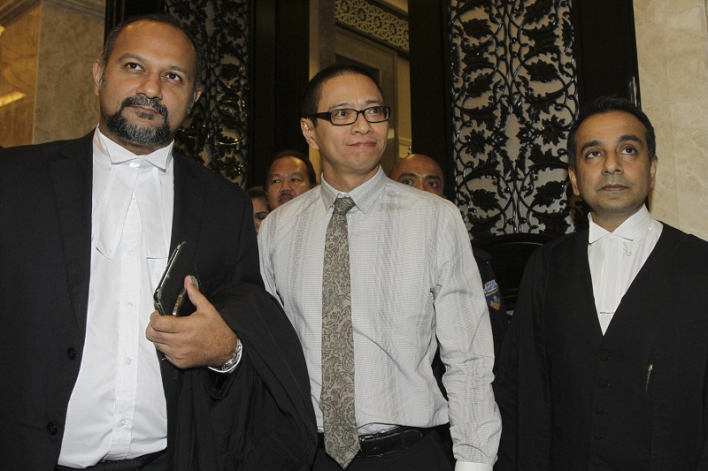 Universiti Malaya law lecturer Dr Azmi Sharom (centre) with his lawyers at the Federal Court in Putrajaya, October 6, 2015. Inspector Mohd Izwan Paijan said Azmi as a senior law lecturer should have aired his dissatisfaction with court rulings related to the topic directly with the judiciary or law enforcement authorities. — Picture by Yusof Mat Isa