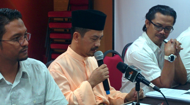 Tengku Zulpuri Shah Raja Puji (centre) had demanded that the Pahang Islamic Religious Department (JAIP) apologise for a sermon that he claimed insinuated that it was against Islam to join the DAP. — File pic