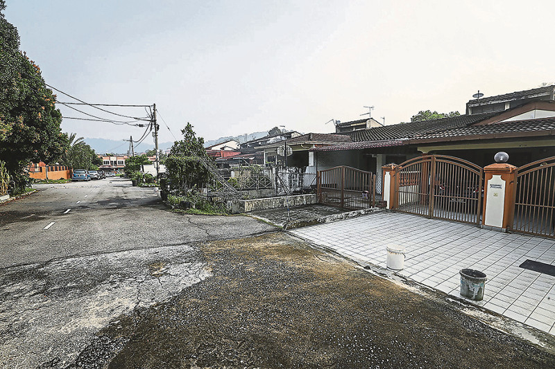 A row of houses in Bukit Ampang that will be acquired for the SUKE expressway. — Malay Mail pic