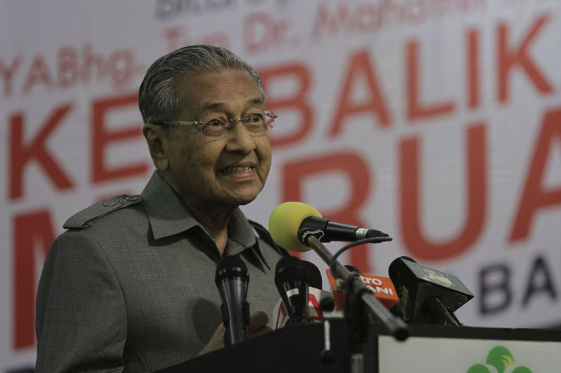 Former Prime Minister Tun Dr Mahathir Mohamad delivers his speech at Pusat Bandar Taman Cempaka during high tea with Umno members in Ampang, October 3, 2015. — Picture by Yusof Mat Isa