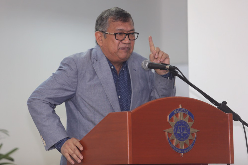 Former Attorney-General Tan Sri Abdul Gani Patail speaking at the Bar Council forum on 'SOSMA – Wolf in Sheep's Clothing?' on Nov 3, 2015. — Picture by Choo Choy May