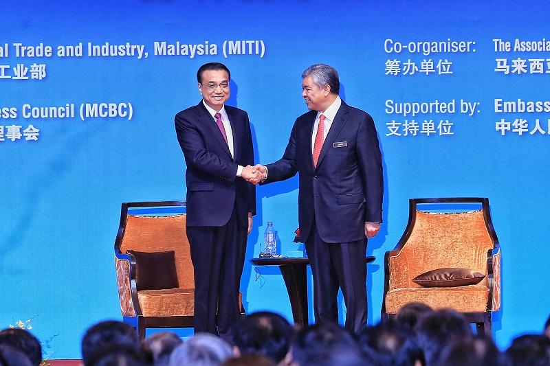 China Premier Li KeQiang (left) and Deputy Prime Minister Datuk Seri Dr Ahmad Zahid Hamidi at the Malaysia-China High level Economic forum at Shangri-La Hotel, Putrajaya, on November 23, 2015. — Picture by Saw Siow Feng