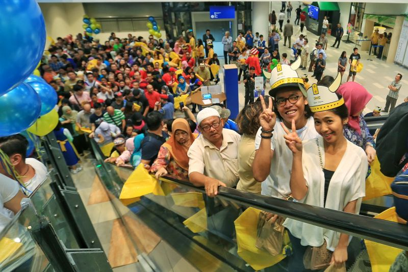 Thousands of happy customers started thronging newly-launched Ikea Cheras after doors open at around 9.15am. ― Picture by Saw Siow Feng
