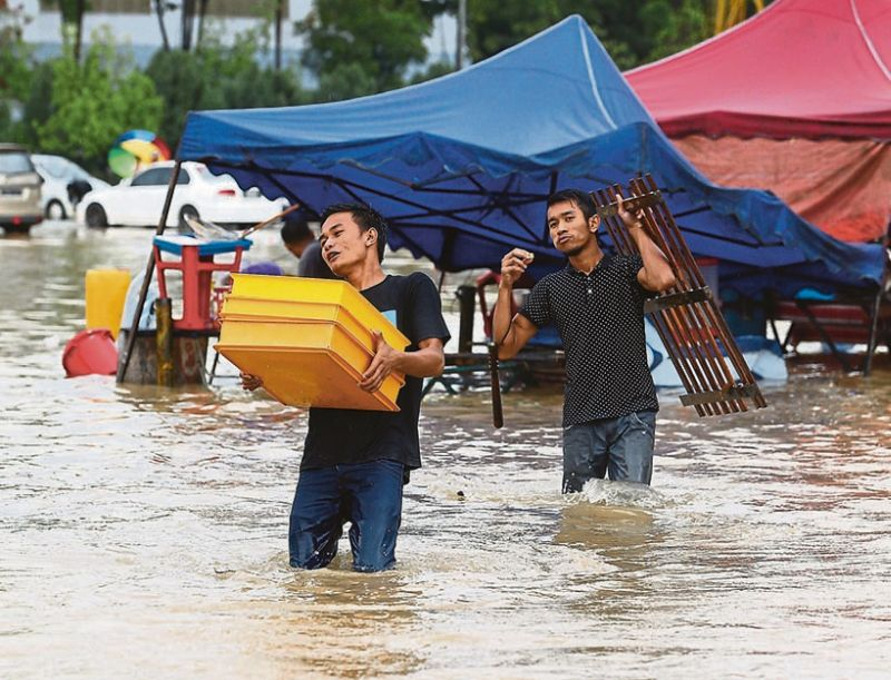 The situation in Section 13, Shah Alam, where water rose quickly on Tuesday evening following heavy rain. — Picture by Zuraneeza Zulkifli